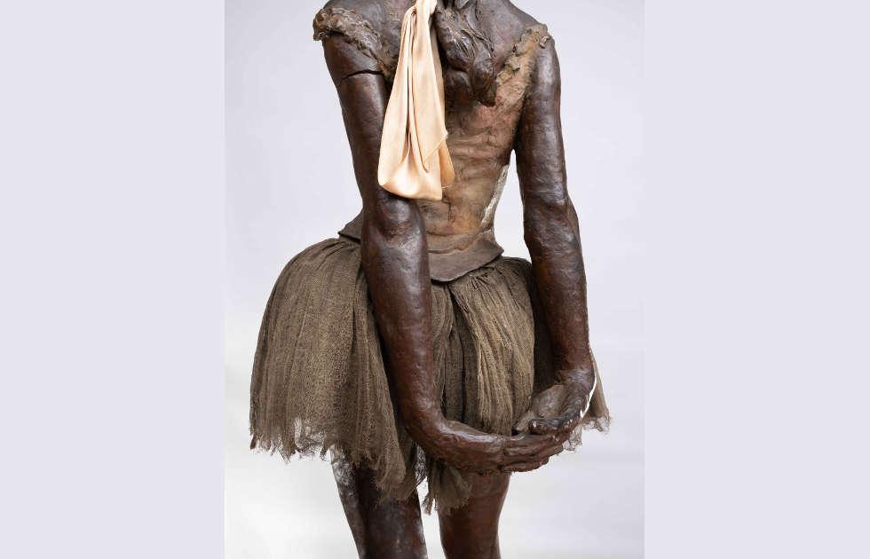 Edgar Degas, Kleine vierzehnjährige Tänzerin, Detail vom Rücken, 1881, Bronze, H. 98 cm (Europäische Privatsammlung, © Städel Museum, Foto: Horst Ziegenfusz)