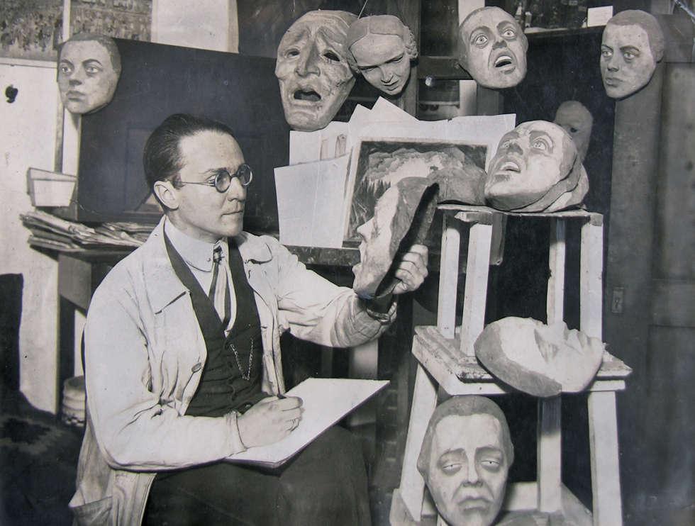 Emil Pirchan mit Masken im Atelier, Berlin, 1920 © Sammlung Steffan/Pabst, Foto: Sammlung Steffan/Pabst