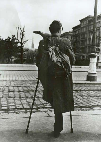 Ernst Haas, Kriegsversehrter: Aus der Serie: Heimkehrer, 1945–1949, 75 S/W-Fotografien auf Hartfaserplatte (mumok museum Moderner Kunst Stiftung Ludwig Wien, Schenkung des Künstlers 1972 © mumok/Victoria Haas, 2017)