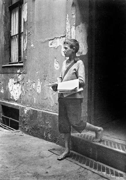 Ernst Thormann, Zeitungsjunge, 1929, Kontaktabzug © Ernst-Thormann-Archiv