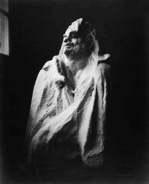 Eugène Druet, Das Denkmal für Honoré de Balzac im Atelier du Dépôt des marbres (Halbfigur), 1896–1900, Silbergelatinepapier, 39,5 × 29,5 cm (© Staatliche Museen zu Berlin / Kunstbibliothek)