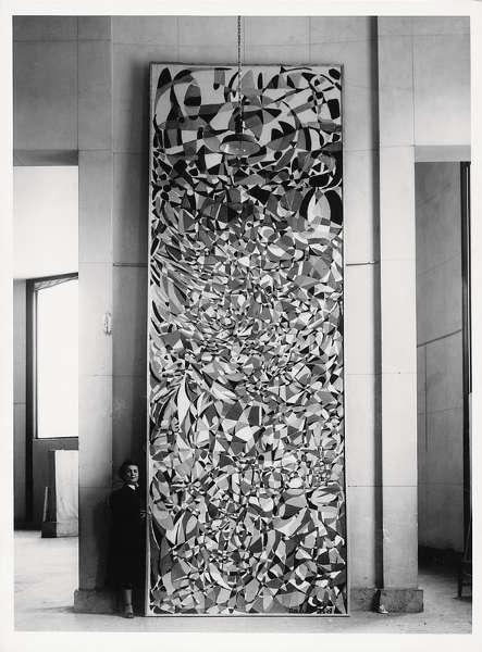 "Fahrelnissa Zeid bei der Installation von ""Towards a Sky"" 1953 im Musée des Beaux-Arts de la Ville Paris, Foto Reha Arcan"