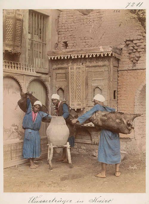 Felix oder Adrien Bonfils, Wasserträger in Kairo, um 1870, Abzug, handkoloriert, 27,7 x 21,5 cm (Weltmuseum Wien)