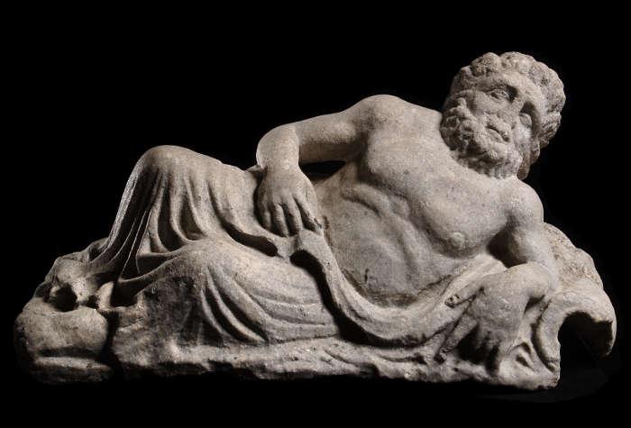 Flussgott (Danuvius), römische Kaiserzeit, Fundort: Carnuntum, 3. Jhdt., Kopie in Kunststein (© Landessammlungen NÖ, Archäologischer Park Carnuntum)