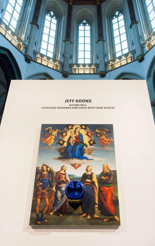 Jeff Koons, Gazing Ball (Perugino Madonna und Child mit vier Heiligen) in De Niewe Kerk Amsterdam, 2018, Installationsfoto Janiek Dam