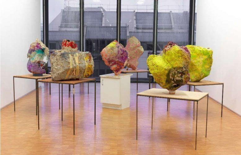 Franz West, Gruppe mit Kabinettensemble 8 Skulpturen, 2001 (© Franz West - Centre Pompidou Dist. RMN-GP © Ph. Migeat 1)
