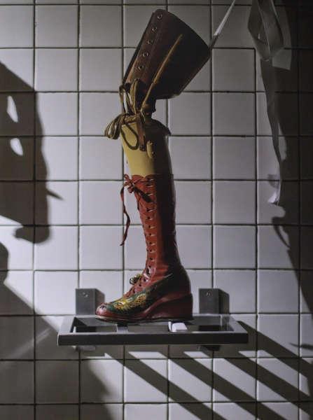 Frida Kahlo, Beinprothese mit Lederschuh, applizierte Seide mit gestickten chinesischen Motiven (Museo Frida Kahlo, Mexiko-Stadt)