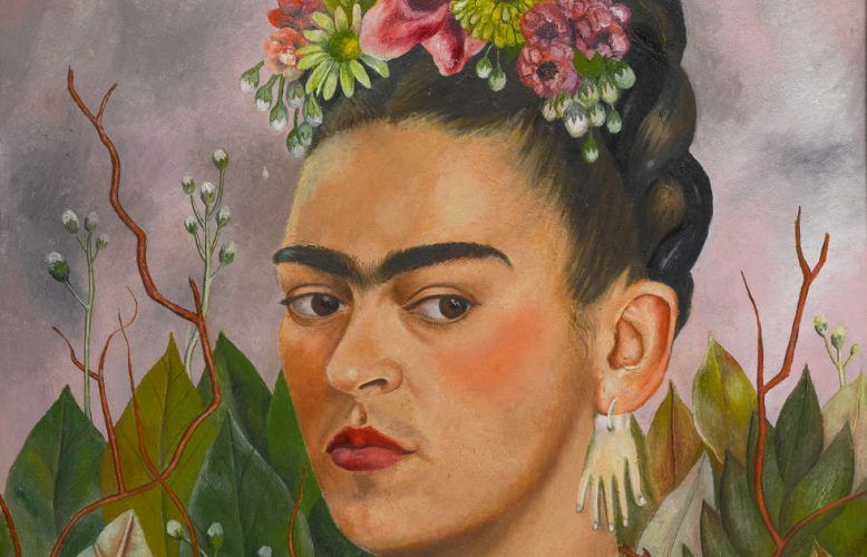 Frida Kahlo, Selbstporträt, gewidmet an Dr. Leo Eloesser, Detail, 1940, Öl/Masonit (?) (Privatsammlung © 2020 Banco de México Diego Rivera Frida Kahlo Museums Trust, Mexico, D.F. / Artists Rights Society (ARS), New York)