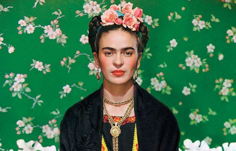 Frida Kahlo auf einer weißen Bank, Detail, Nickolas Murays Studio, New York 1939, Inkjet (autorisierte Reproduktion) Collection of Nickolas Muray Photo Archives, Foto: © Nickolas Muray Photo Archives, Werk: © Nickolas Muray Photo Archives.