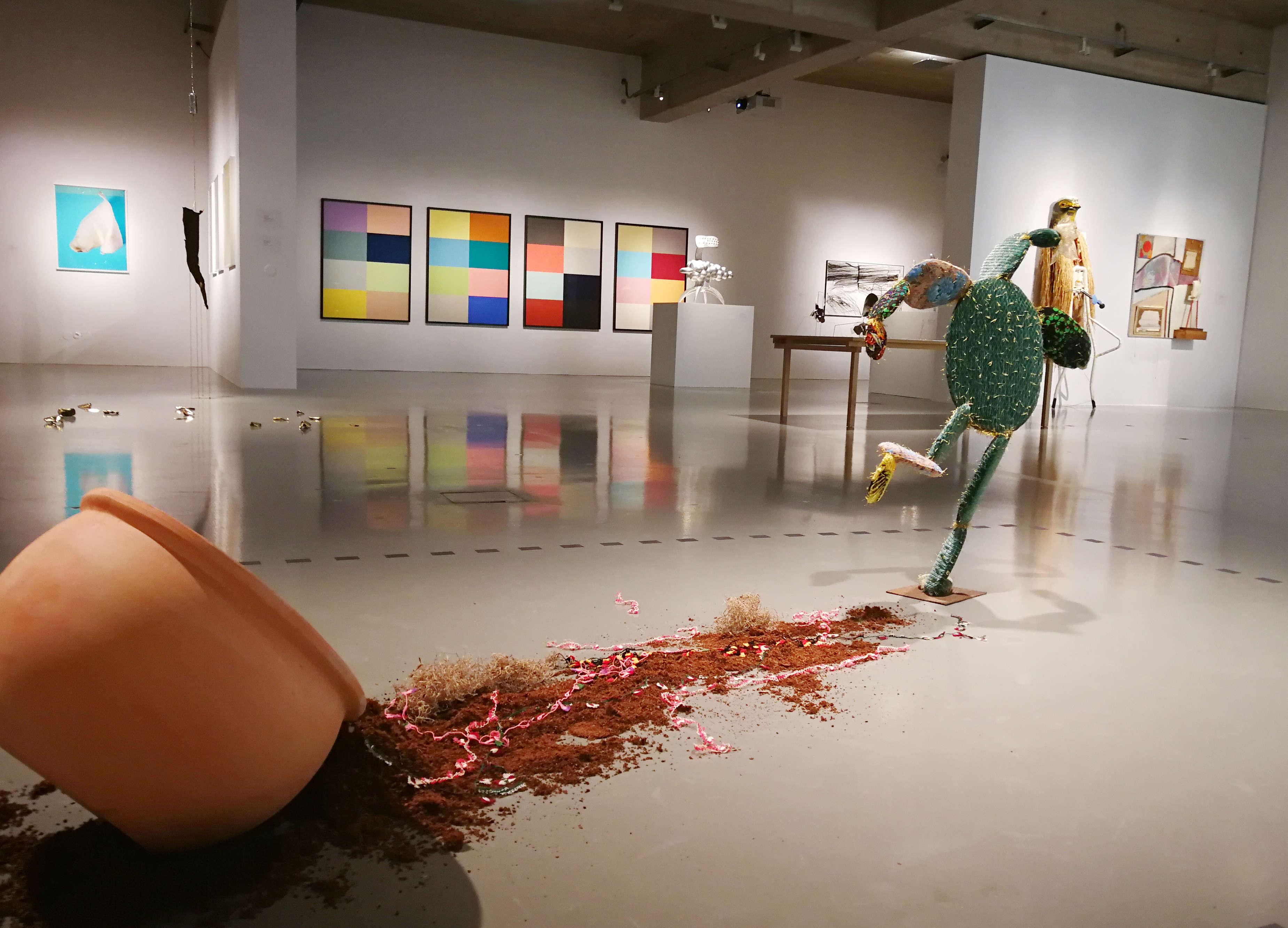 """Nilbar Güreş, Escaping Cactus, dahinter Kay Wakowiak, Ausstellungsansicht """"ich weiß nicht. Wie die Beziehungen zwischen den Dingen wachsen"""" im MAK, 2017, Foto: Alexandra Matzner, ARTinWORDS."""