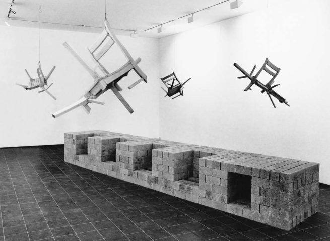 Georg Herold, Kulturgut, 1990, Bimssteine, Holzstühle, zersägt, montiert, 68 x 522 x 97 cm (Stiftung Kunstsammlung Nordrhein-Westfalen, © VG Bild-Kunst, Bonn 2017)