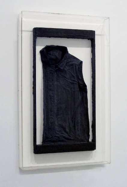 Gerhard Richter, Ohne Titel (Emas Bluse),1962, Bluse mit Gips und Lack, 71,7 ×38,1 cm (gerahmt) (Igal Ahouvi Art Collection)