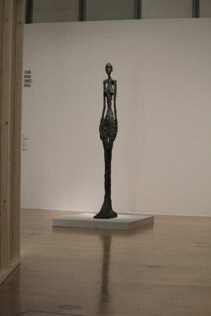 Alberto Giacometti, Femme debout IV [Stehende Frau IV], 1960, Bronze, 270 × 33 × 57 cm (Louisiana Museum of Modern Art, Humlebæk, Donation: The New Carlsberg Foundation), Ausstellungsansicht Schirn 2016, Foto: Alexandra Matzner.