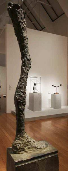 Alberto Giacometti, La jambe [Das Bein], 1958 (Lehmbruck Museum, Duisburg), Ausstellungsansicht Schirn 2016, Foto: Alexandra Matzner.
