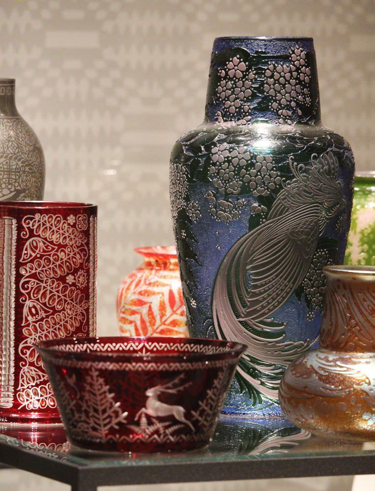 Wiener Glas, um 1913 (darunter: Adolf Beckert, Vase; K. k. Fachschule für Glasindustrie, Haida, Schüssel, um 1912), Foto: Alexandra Matzner, ARTinWORDS.