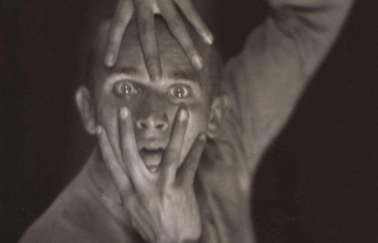 Hans Robertson, Der Tänzer Harald Kreutzberg, Detail, 1925, Gelatinesilberpapier, 23,4 × 17,1 cm (Städel Museum, Frankfurt am Main, Foto: Städel Museum, Frankfurt am Main)