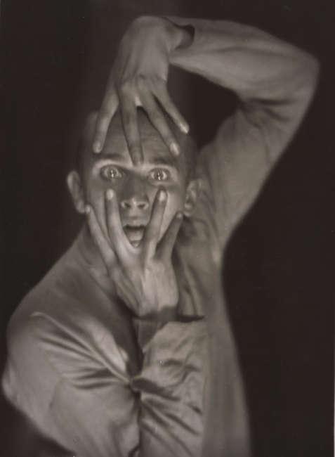 Hans Robertson, Der Tänzer Harald Kreutzberg, 1925, Gelatinesilberpapier, 23,4 × 17,1 cm (Städel Museum, Frankfurt am Main, Foto: Städel Museum, Frankfurt am Main)