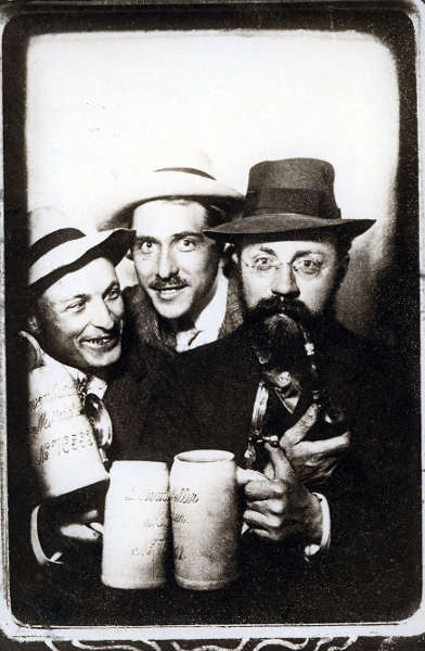 Henri Matisse, Albert Weisgerber und Hans Purrmann (v.r.n.l.), Löwenbräukeller, München, 1910, Bosco-Automat-Sofortbild (© Hans-Purrmann-Archiv, München)