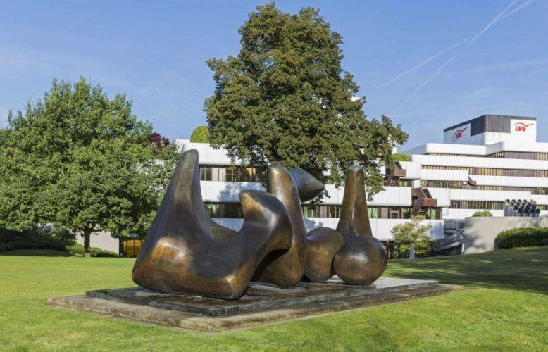 Henry Moore, Three Piece Sculpture: Vertebrae, 1968-69 (Münster, LBS Westdeutsche Landesbausparkasse, Foto LWL/Hanna Neander)