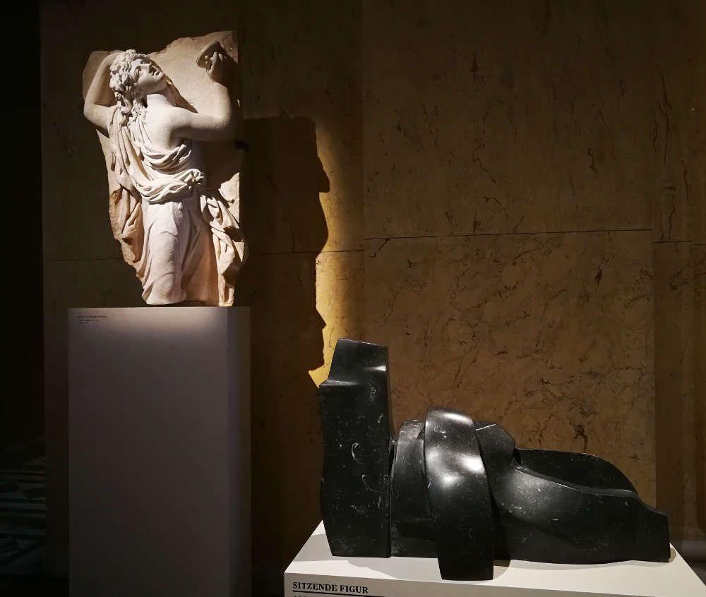 Herbert Albrecht, Sitzende Figur, 1995, Irish Black, H. 38 cm, B. 60 cm, Ausstellungsansicht KHM, September 2017 © Foto: Alexandra Matzner, ARTinWORDS.