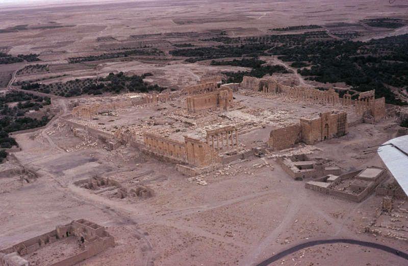 In der Oase von Palmyra: Der Tempel des Gottes Baal, bevor sein Allerheiligstes, die Cella, vom sogenannten Islamischen Staat gesprengt wurde. Foto: Eugen Wirth, 1963 © Staatliche Museen zu Berlin, Museum für Islamische Kunst, CC-BY-NC-SA