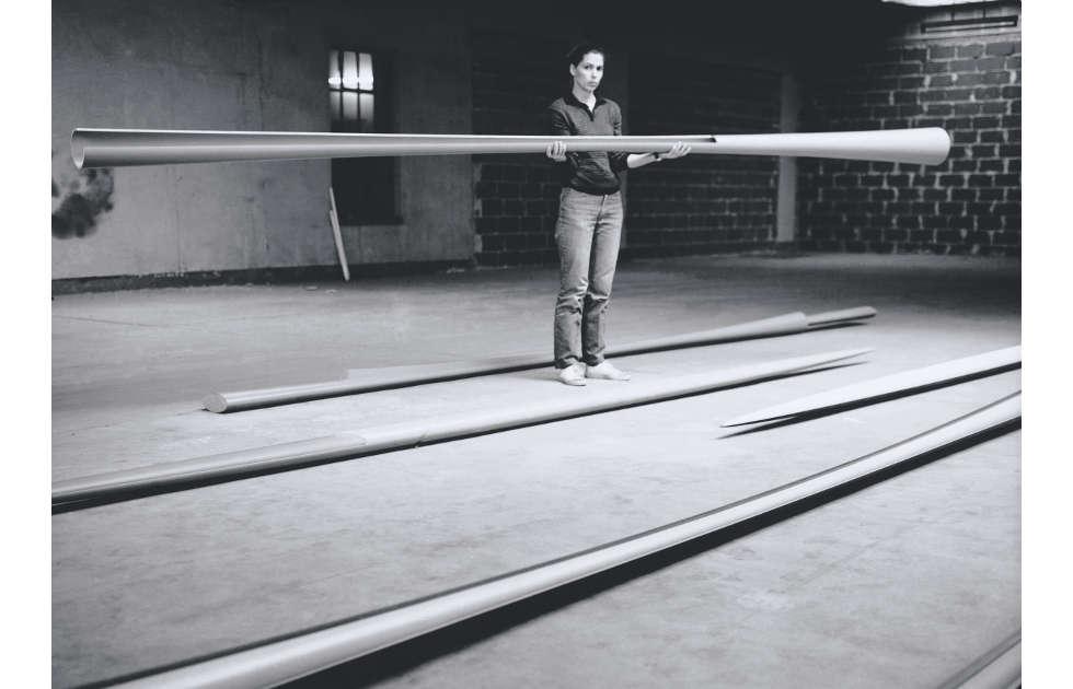 Isa Genzken in her studio, Düsseldorf, 1982 (Foto: Andreas Schön, ©2020, ProLitteris, Zurich)