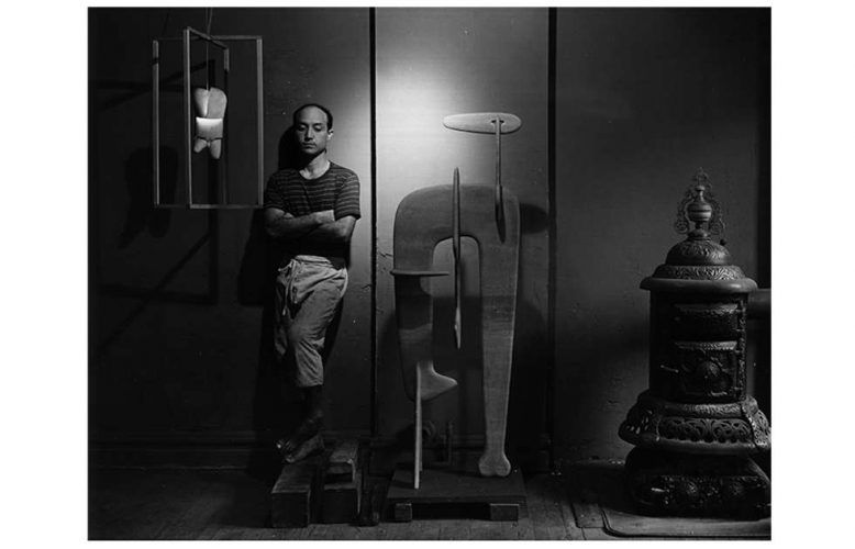 Isamu Noguchi, 4.7.1947, Foto: Arnold Newman (© Arnold Newman Collection / Getty Images / INFGM / ARS – DACS)