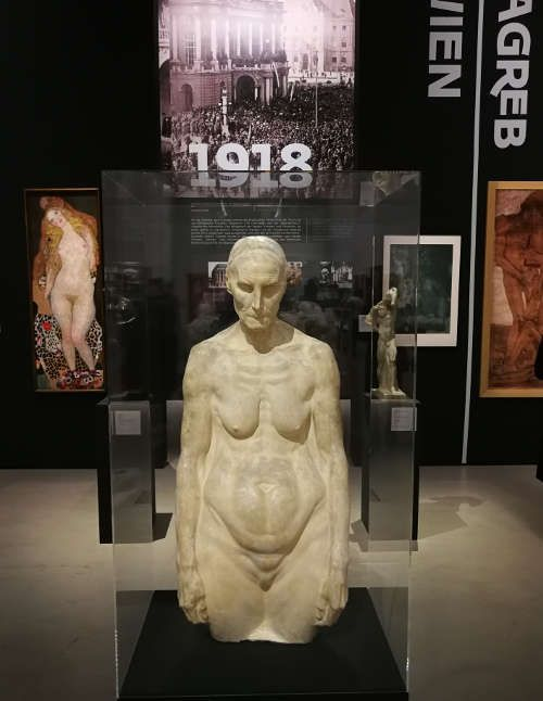 Ivan Meštrović, Alte Frau, 1908 (Ivan-Meštrović-Museen, Meštrović-Atelier, Zagreb), Ausstellungsansicht Wien- Zagreb, Belvedere 2017/18, Foto: Alexandra Matzner, ARTinWORDS.