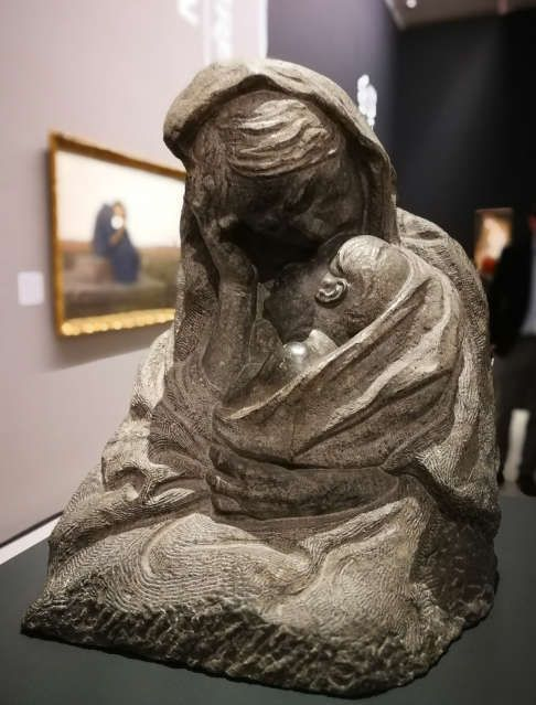 Ivan Meštrović, Muttersorge, um 1910 (Szépművészeti Múzeum / Museum der bildenden Künste, Budapest), Ausstellungsansicht Wien- Zagreb, Belvedere 2017/18, Foto: Alexandra Matzner, ARTinWORDS.