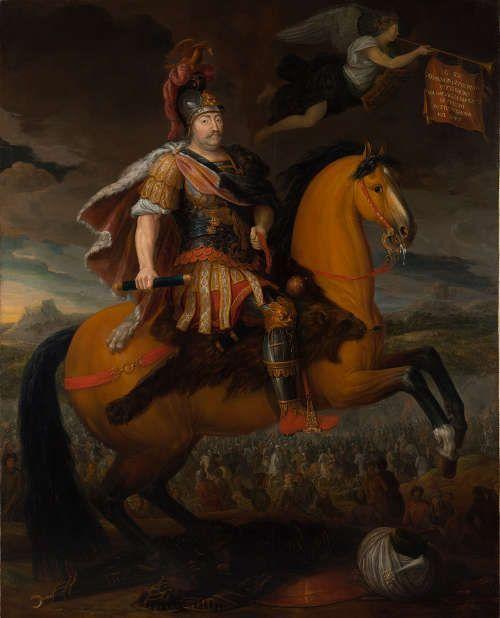 """Römischer Maler (?), Porträt Jan III. Sobieski zu Pferd, Bez. oben links auf der Fahne: """"IL RE / GIOVANNI III DI POLONIA / VITTORIOSO / DELLA BATTAGLIA / E DISFATTA / DE TURCHI SOTTO VIENNA / NEL 1683."""", um 1704, Öl auf Leinwand, 252,5 × 203,5 cm (Warschau, Königsschloss – Museum)"""