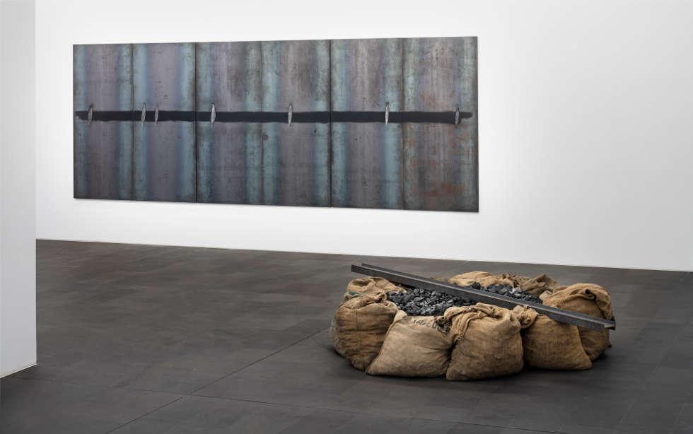 """Jannis Kounellis Installationsansicht """"Kunst & Kohle"""" MKM, 2018 (Sammlung Viehof, ehemals Sammlung Speck (l) Sammlung Venet Foundation, New York (r) © VG Bild-Kunst, Bonn 2018 / Foto: Henning Krause)"""