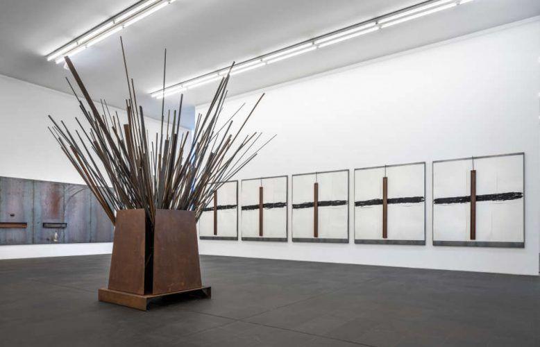 Jannis Kounellis, Installationsansicht MKM, 2018 (Stedelijk Museum Amsterdam (l,m), Privatsammlung (r) © VG Bild-Kunst, Bonn 2018 / Foto: Henning Krause)