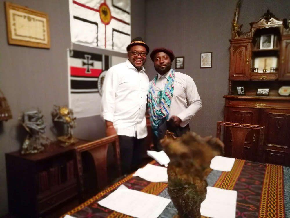 Jean-Pierre Bekolo und Bonaventure Soh Bejeng Ndikung, 2017 im Leopold Museum, Foto: Alexandra Matzner, ARTinWORDS.