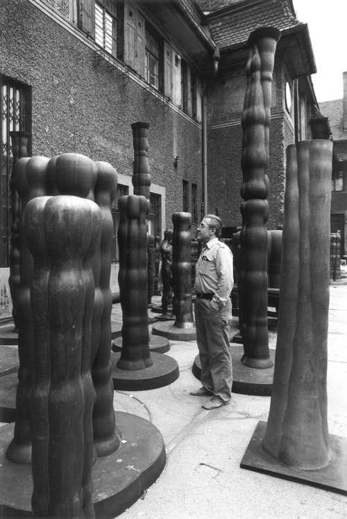 Joannis Avramidis im Hof der Bildhauerateliers der Akademie der bildenden Künste, Wien, um 1980 © Sanjiro Minamikawa
