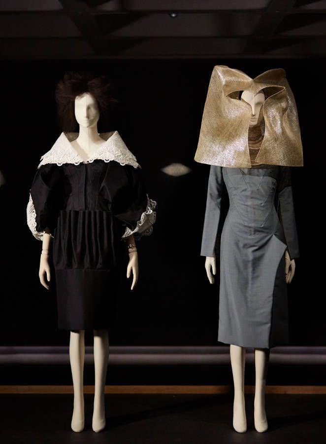 John Galliano für Christian Dior, Kleid, Frühjahr/Sommer 2009, Haute Couture (links); Alexander McQueen für Givenchy, Kleid und Haube, Herbst/Winter 1998/99, Ausstellungsansicht Barbican Gallery 2016/17 © Guy Marineau