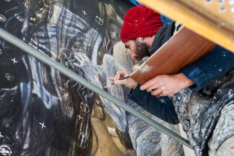 Jordi García Pons malt Details von Gustav Klimts Medizin © Factum Arte