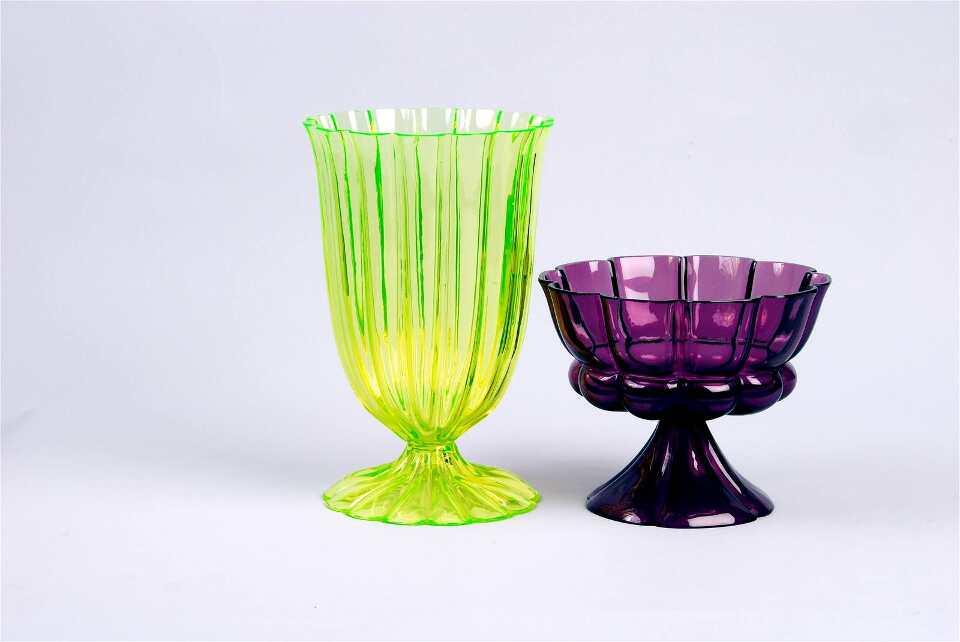 Josef Hoffmann, Becher, formgeblasen, v.l.n.r.: gelbes Glas, 1923; violettes Glas, 1922, Ausführung: Böhmische Manufaktur für die Wiener Werkstätte (© MAK)