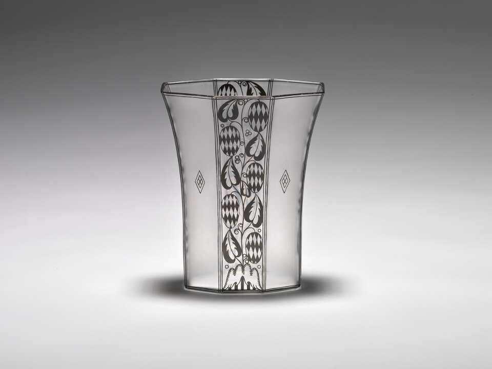 Josef Hoffmann, Vase, 1913; farbloses Glas, geätzt, Bronzitdekor, Ausführung: eine böhmische Manufaktur für J. & L. Lobmeyr, Wien (© Peter Kainz/MAK)