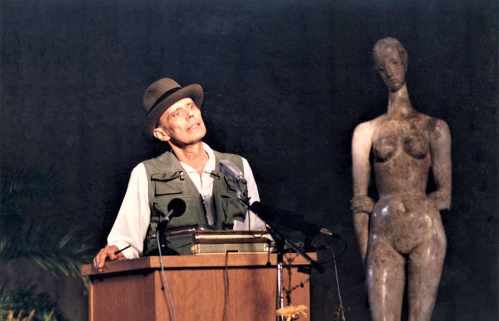 Joseph Beuys bei der Verleihung des Lehmbruck-Preises, Foto Britta Lauer