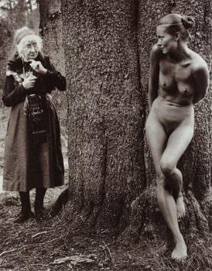 Judy Dater, Imogen and Twinka at Yosemite, 1974, Fotografie auf Platinum, 21,5 x 17 cm (Atelier Neumann, Wien © Judy Dater, Albertina, Wien: Sammlung Essl)