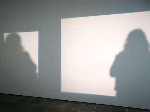 Juergen Staack, Shadows, 2016, Scheinwerfer und Spiegel Maße variabel, Ausstellungsansicht 21er Haus, Wien, 2017, Foto: Alexandra Matzner, ARTinWORDS