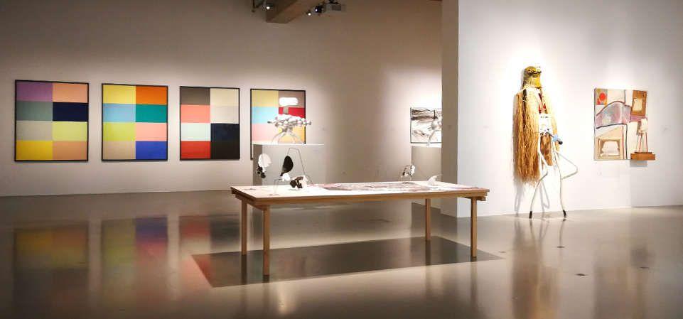 """Kay Walkowiak, Divine Monochromes, Video, 2016 und Padhi Frieberger, Ausstellungsansicht """"ich weiß nicht. Wie die Beziehungen zwischen den Dingen wachsen"""" im MAK, 2017, Foto: Alexandra Matzner, ARTinWORDS."""