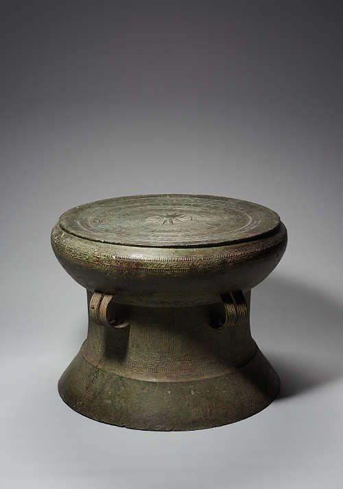 Kesselgong, Nordvietnam, 2./1. Jahrhundert v. Chr., Kupferlegierung, H. 53 cm, D. 70 cm (Weltmuseum Wien)