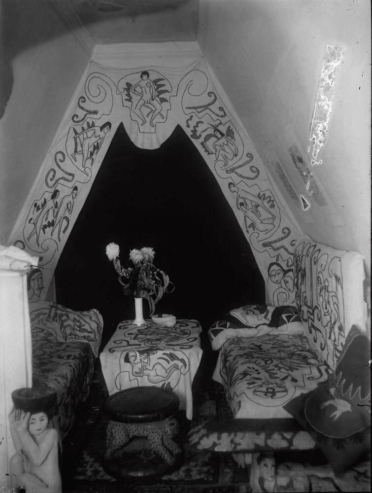 Ernst Ludwig Kirchner, Mansardennische in Kirchners Atelierwohnung, Berlin-Friedenau, 1914/15, Glasnegativ, 24 × 18 cm (Kirchner Museum Davos, Schenkung Nachlass Ernst Ludwig Kirchner 2001)