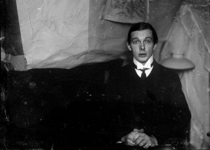 Ernst Ludwig Kirchner, Selbstporträt in der Atelierwohnung in Berlin-Friedenau, 1913/1915, Glasnegativ, 13 × 18 cm (Kirchner Museum Davos, Schenkung Nachlass Ernst Ludwig Kirchner 2001)