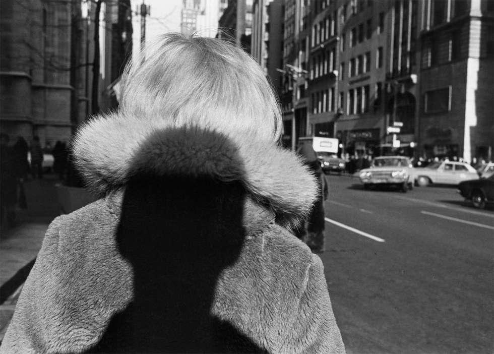 Lee Friedlander, New York City, 1966, Silbergelatineabzug, 27,9 x 35,6 cm (© Lee Friedlander, courtesy Galerie Thomas Zander, Köln, Fraenkel Gallery, San Francisco)