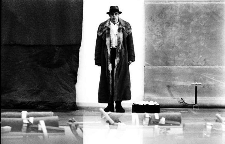 """Lothar Wolleh, Joseph Beuys im Moderna Museet, Stockholm (vor seiner Arbeit """"Plastischer Fuß Elastischer Fuß""""), Detail, 1971 (© Lothar Wolleh Estate Berlin, VG Bild-Kunst, Bonn 2020)"""
