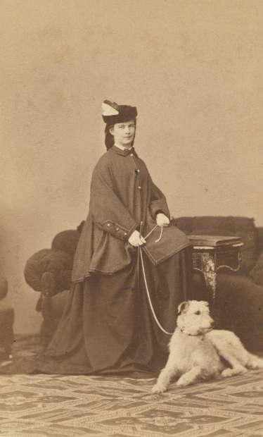 Ludwig Angerer, Elisabeth von Österreich-Ungarn mit ihrem Irischen Wolfshund Horseguard, 1865/1866, Albuminpapier auf Karton, ca. 9 x 6 cm (Museum Ludwig, Köln, Foto: Rheinisches Bildarchiv Köln)