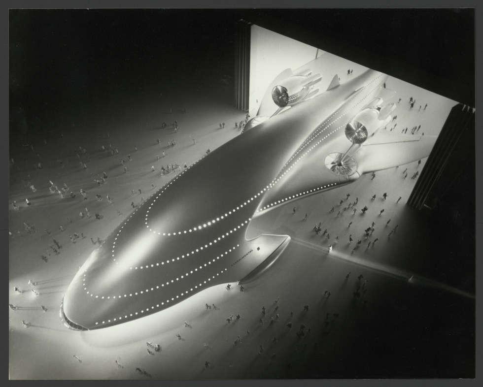 "Luigi Colani, Modellfotografie des Großraum-Passagierflugzeugs ""Megalodon"", 1977 (Sammlung POPDOM © Colani Design Germany GmbH)"