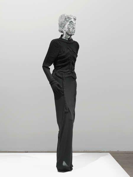 Mai-Thu Perret, Flow My Tears I, 2011, Mannequin mit Glaskopf, Kopie von Elsa Schiaparellis Skelett-Kleid nach einem Entwurf von Salvador Dalí, 1938, hergestellt von Naoyuki Yoneto, 175 x 70 x 70 cm (Courtesy the artist and Galerie Francesca Pia, Zürich © Mai-Thu Perret)